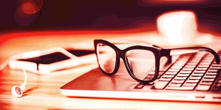 Eine Brille liegt auf einem Laptop